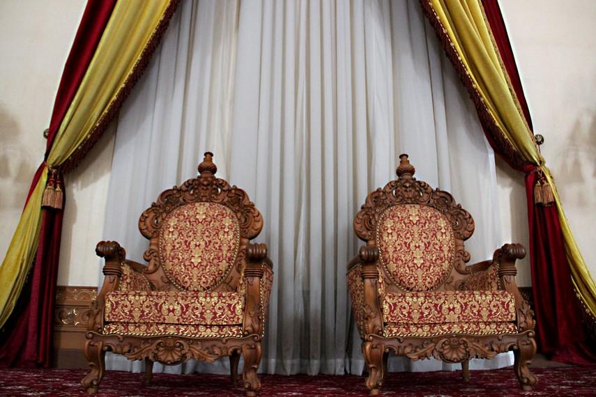 Singgasana Sultan Kutai yang berada di sisi timur ruang utama Kedaton Kutai Kartanegara
