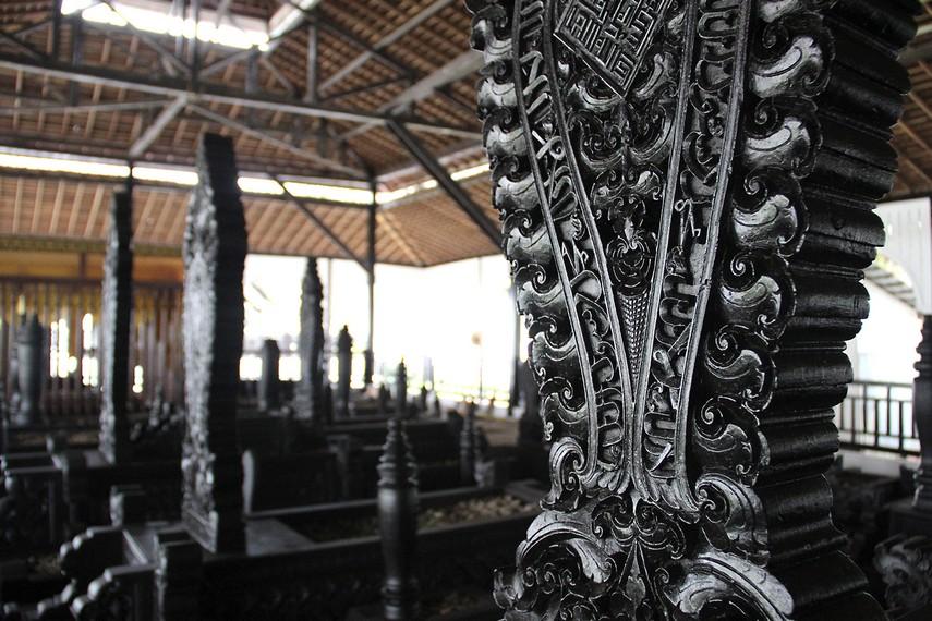 Ukiran dari nisan kayu di kompleks ini sarat dengan pengaruh Islam, terlihat pada ornamen kaligrafi yang digunakan