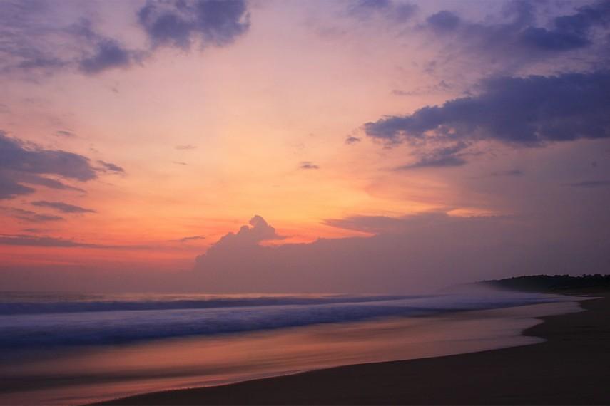 Pemandangan matahari tenggelam yang menyajikan keindahan warna langit tersaji di Pantai Pangumbahan