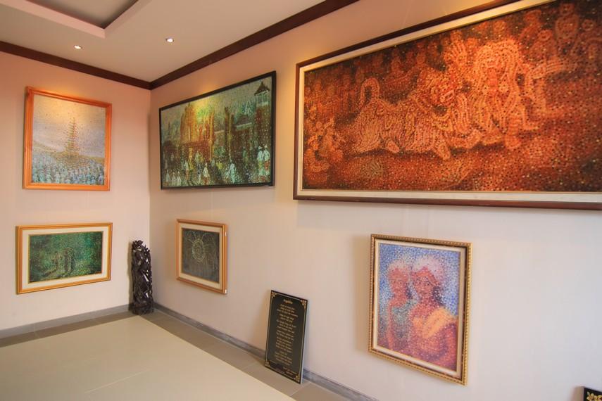 Sebagian besar koleksi museum ini merupakan lukisan yang tersusun atas kumpulan titik yang membentuk kesatuan objek