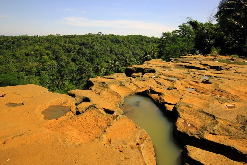 Sepanjang bulan Juni-Agustus menjadi momen yang paling pas untuk menikmati Air Terjun Luhur dari ketinggian