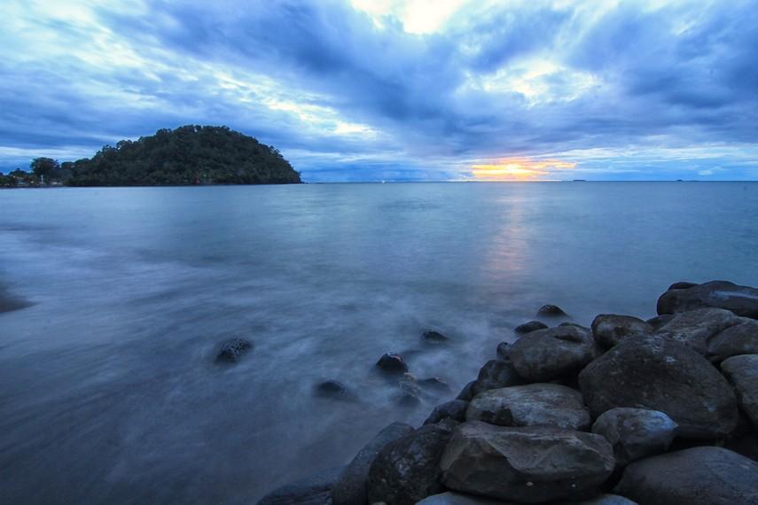 Bukit yang menjorok ke arah laut dan biasa disebut masyarakat sekitar dengan sebutan Gunung Padang