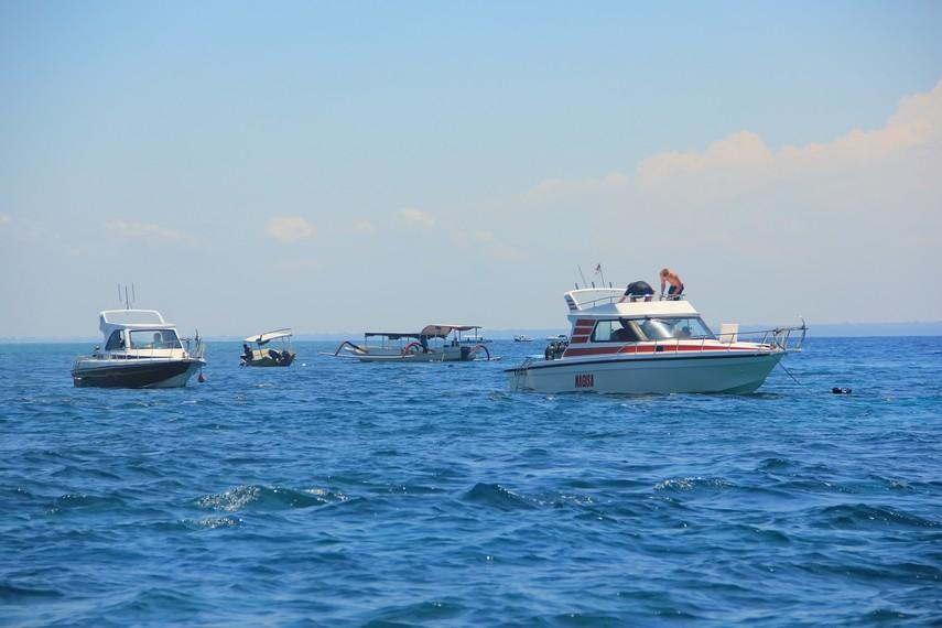 Nusa Lembongan relatif lebih maju dalam hal infrastruktur wisata dibandingkan dengan tetangganya, Nusa Penida
