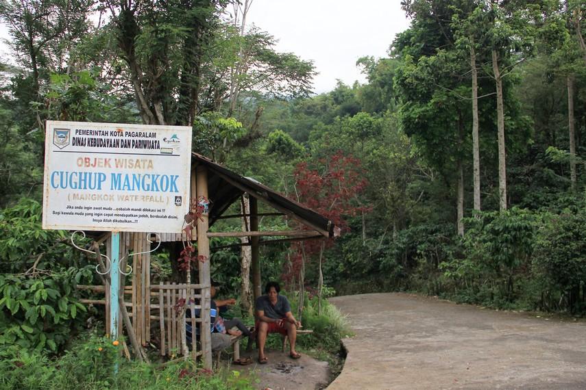 Untuk menempuh jarak sekitar 2 km melewati hamparan hutan di kaki Gunung Dempo