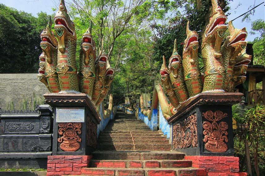 Memasuki gerbang vihara, pengunjung akan menjumpai patung naga berkepala tujuh dengan ekornya yang memanjang ke atas