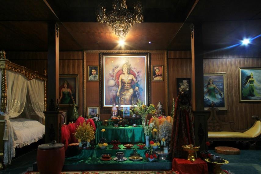 Altar Nyi Roro Kidul dibuat khusus dalam sebuah bangunan kayu yang menyerupai rumah