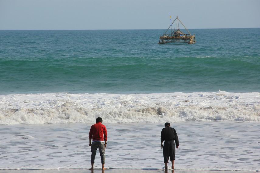 Merasakan hempasan ombak menjadi aktivitas menyenangkan yang bisa dilakukan di Pantai Citepus