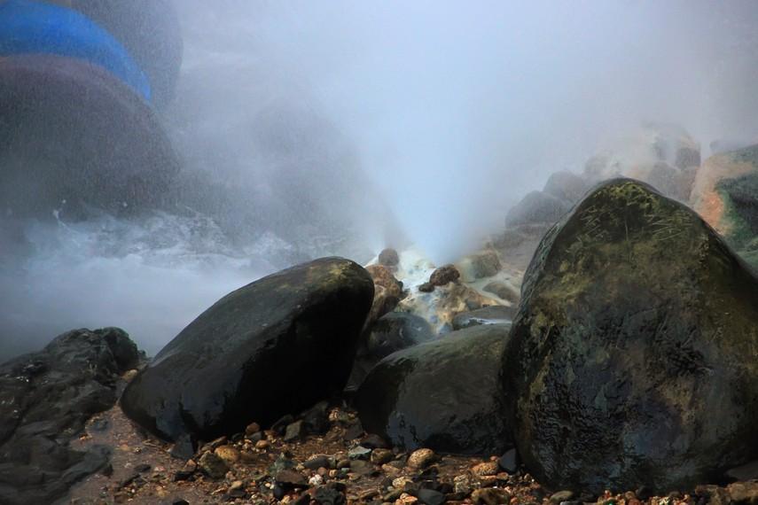 Batu-batu besar banyak ditemui di sekitar Pemandian Cipanas
