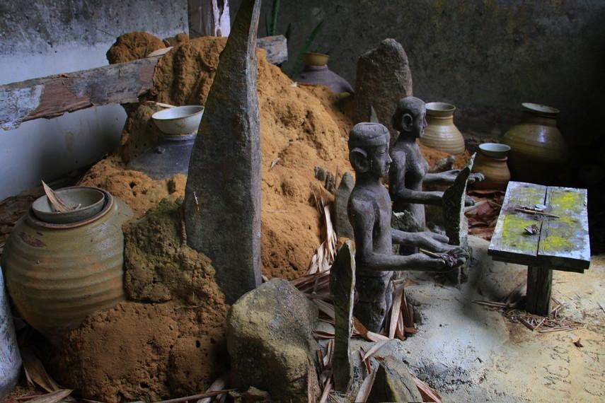 Banyak aktivitas yang dapat dilakukan suku Dayak Kanayat'n di rumah ini salah satunya adalah membuat patung