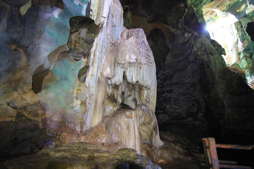Susunan stalagtit dan stalagmit di dalam gua ini masih terjaga dengan baik dan menjadi salah satu daya tarik Ngalau Indah