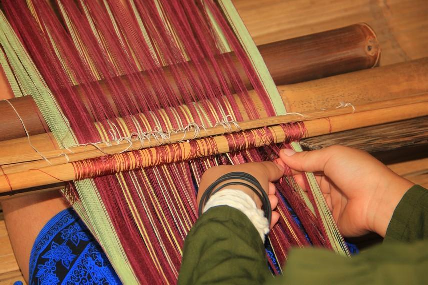 Lama pembuatan kain dari proses menenun hingga kain itu jadi tergantung dari besarnya kain dan motif yang diinginkan