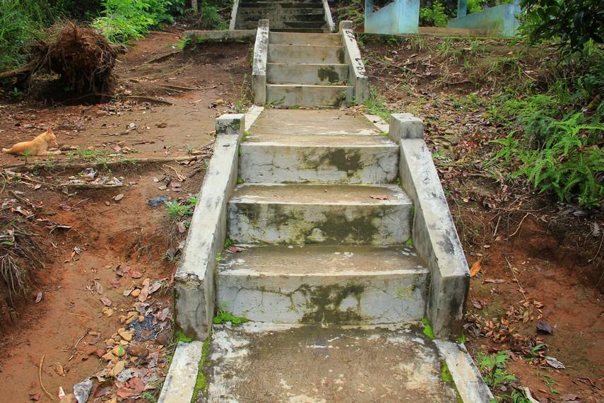 Selain trek memutar menuju puncak Ampangan, terdapat rute alternatif melalui jalan setapak bertangga