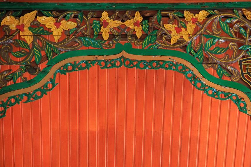 Interior dan eksterior masjid ini kaya dengan motif ornamen ukiran klasik khas Minangkabau