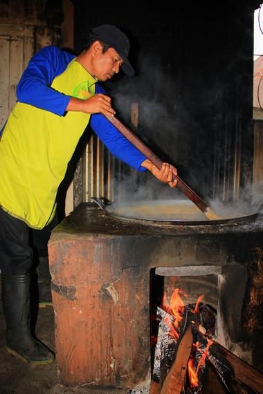 Selama memasak galamai, adonan harus terus diaduk selama 3-4 jam dengan nyala api yang benar-benar pas