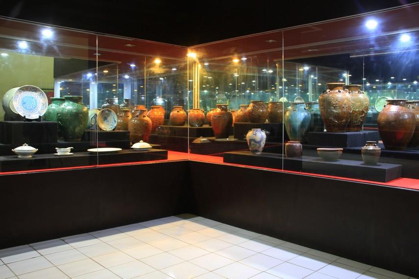 Aneka jenis keramik dari berbagai negara juga menjadi bagian dari koleksi Museum Negeri Kalimantan Barat