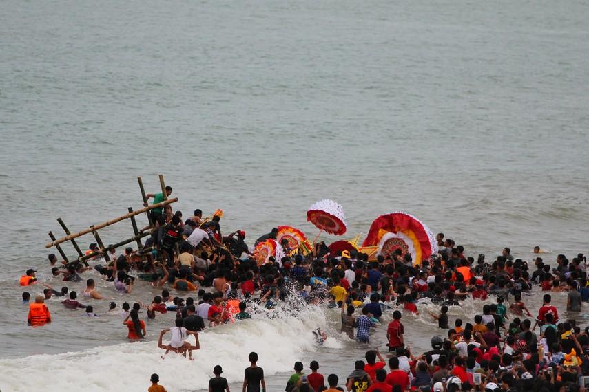 Masyarakat selalu datang berduyun-duyun untuk menyaksikan dari dekat prosesi pembuangan tabuik ke tengah laut
