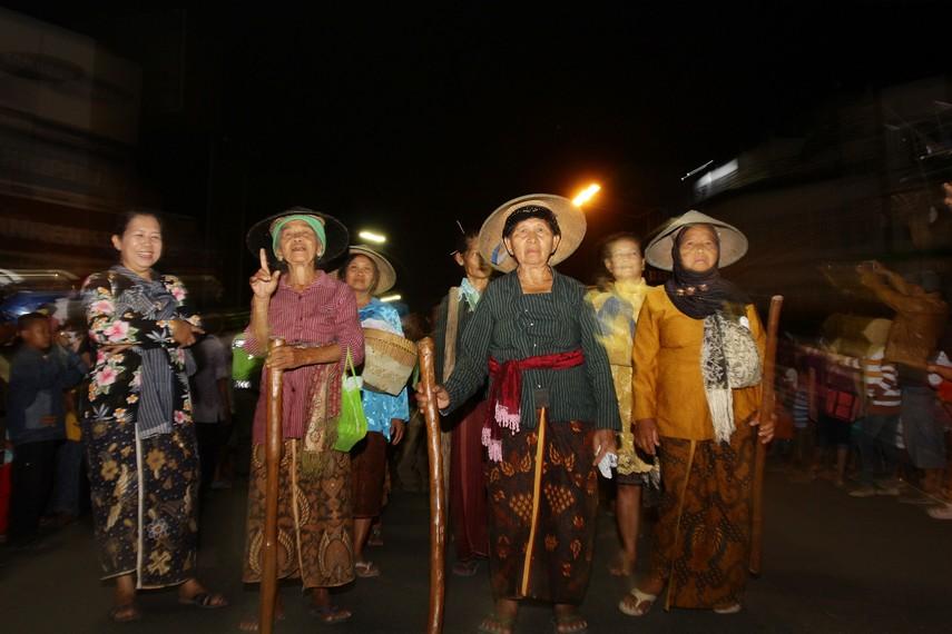 Ibu-ibu dari kelompok sadar wisata kejawen yang memberikan warna tersendiri pada karnaval ini