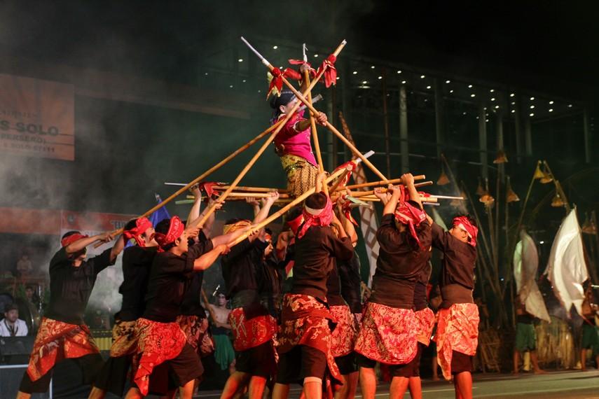 Tari kolosal ini didukung sepenuhnya oleh para penari dan seniman yang berasal dari Kota Solo