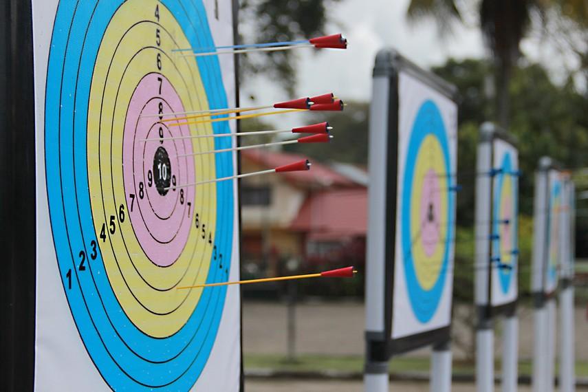 Dalam lomba sumpit ini peserta harus berusaha menempatkan busur panah ke sasaran yang tepat