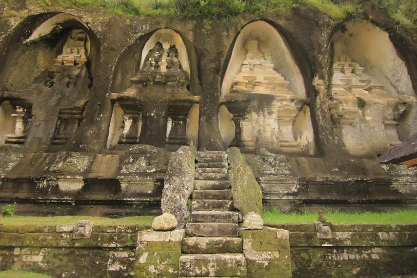 Empat candi yang berada di sisi barat sungai menurut Dr. R. Goris dibangun untuk keempat selir Raja Udayana