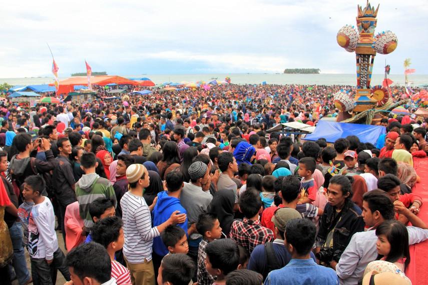 Lautan massa yang memenuhi pantai Gandoriah untuk menyaksikan acara puncak dari Festival Tabuik