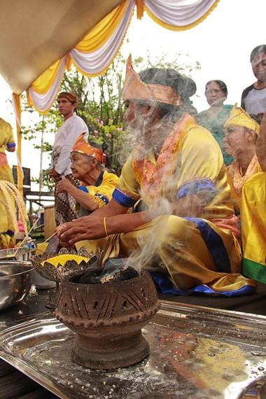 Asap dari arang bercampur wijen dan dupa mengiringi berlangsungnya ritual beumban, begorok dan rangga titi