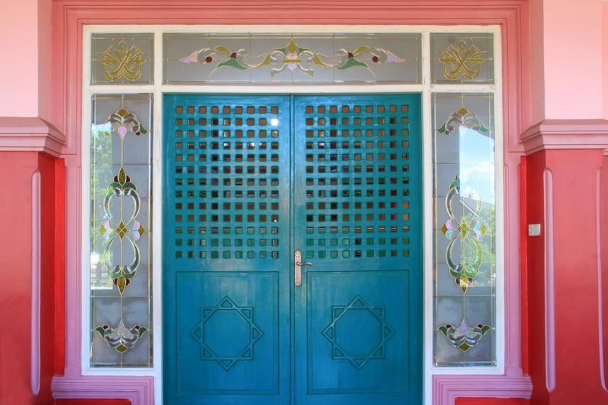 Pintu masjid Cheng Ho yang terlihat sangat kental akan nuansa Tionghoa