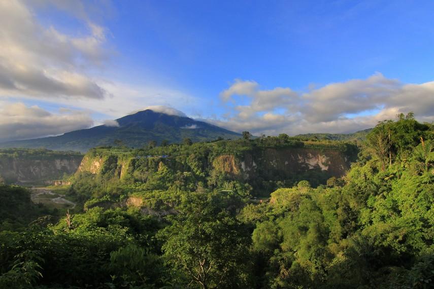 Ngarai Sianok merupakan sebuah lembah sempit yang dikelilingi bukit-bukit bertebing curam
