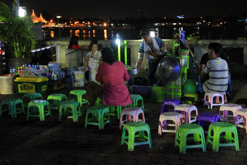 Semakin malam, Pasar Malam Sungai Musi akan semakin ramai oleh para wisatawan