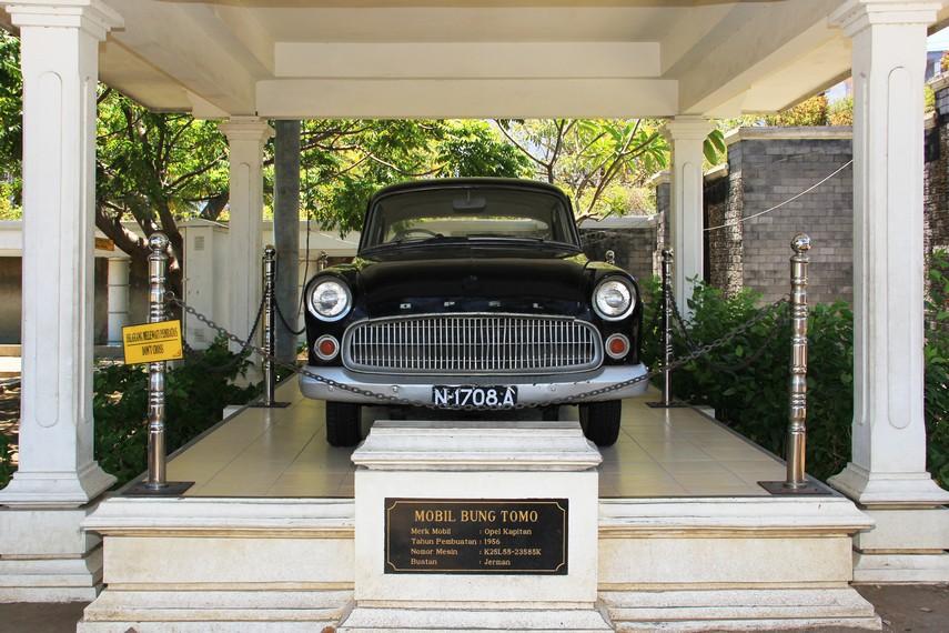 Mobil yang digunakan Bung Tomo dengan tahun pembuatan 1956 terpajang di museum sekitar Tugu Pahlawan