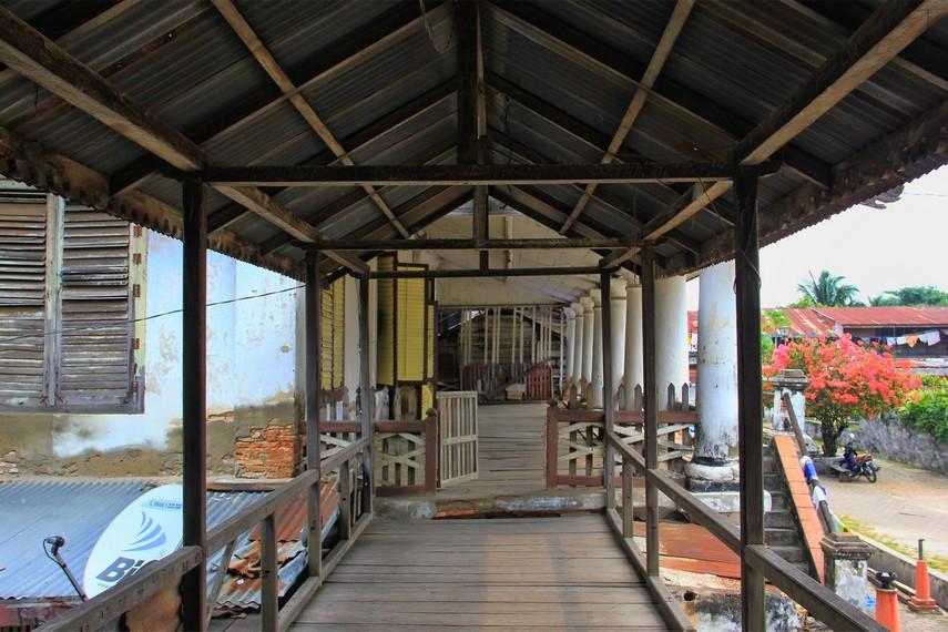 Sebagian besar bagian rumah di Kampung Kapitan termasuk pada interior dan langit-langitnya masih menggunakan kayu