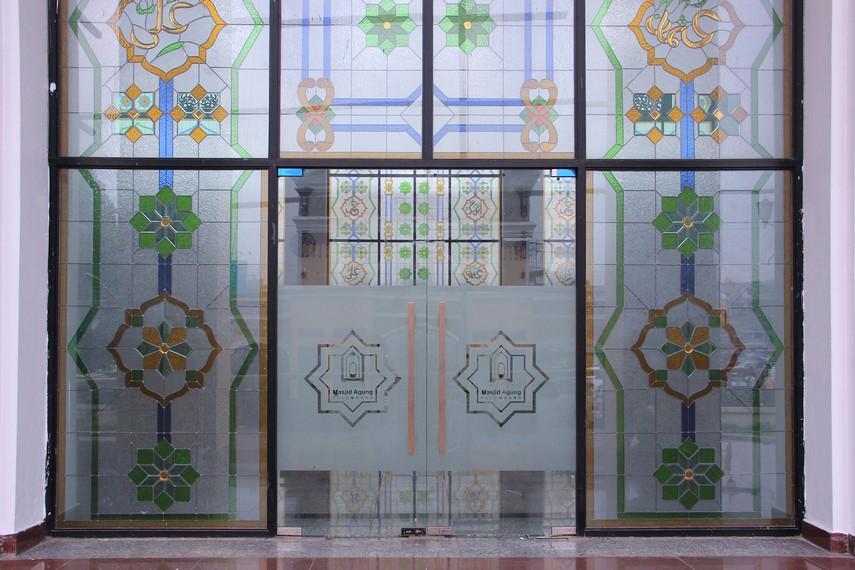 Masjid Agung Palembang memiliki sentuhan Eropa pada beberapa bagian misalnya, pada bagian pintu masjid
