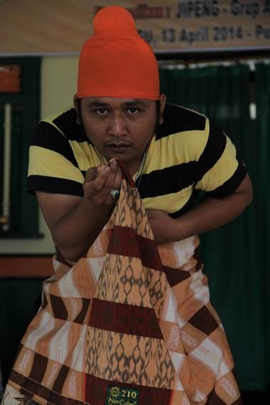 Seorang pelawak sedang memainkan peran dalam pementasan Jipeng
