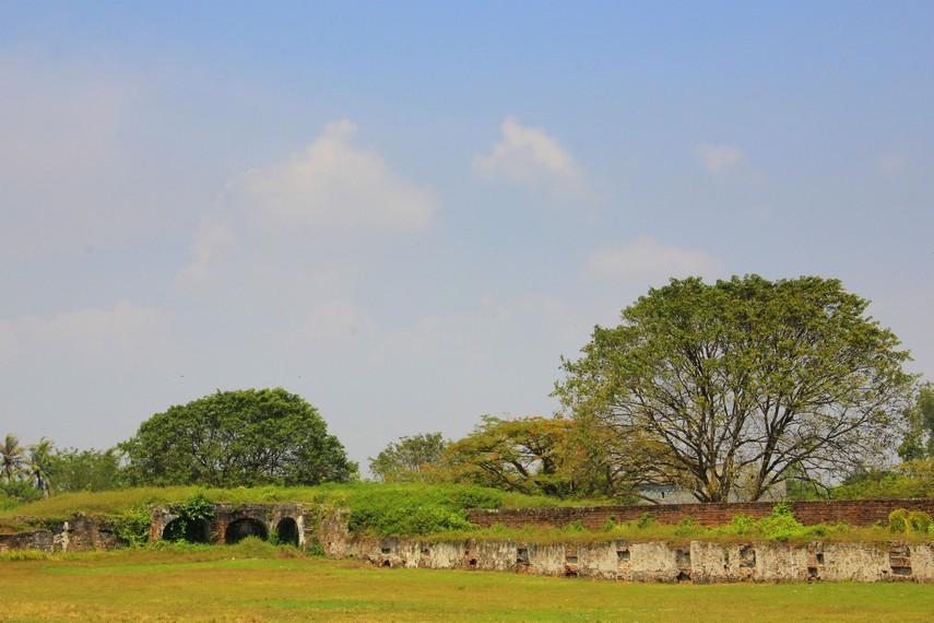 Bagian tepi Benteng Speelwijk dikelilingi parit dengan luas mencapai sekitar 10 meter