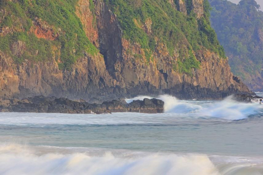 Pengunjung dapat merasakan lingkungan Pantai Pasir Panjang yang masih terasa alami dan sejuk