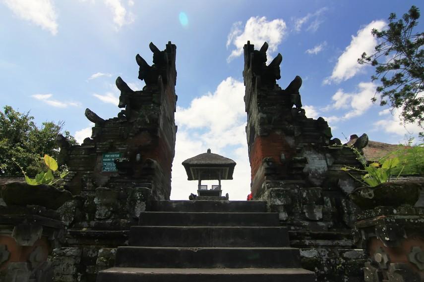 Candi bentar yang menjadi gerbang masuk menuju halaman tengah (jaba tengah) dari kompleks Pura Taman Ayun
