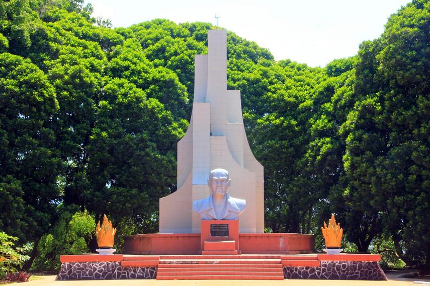 Di bagian belakang patung  terdapat monumen berundak tujuh, monumen ini simbol perjuangan Sam Ratulangi dalam usaha-usahanya untuk mencapai kemerdekaan