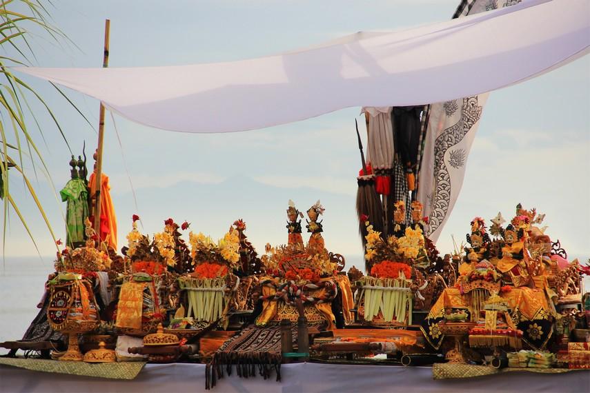 Berbagai jenis sesajian yang disiapkan anggota masyarakat sebagai pelengkap pelaksanaan upacara melasti