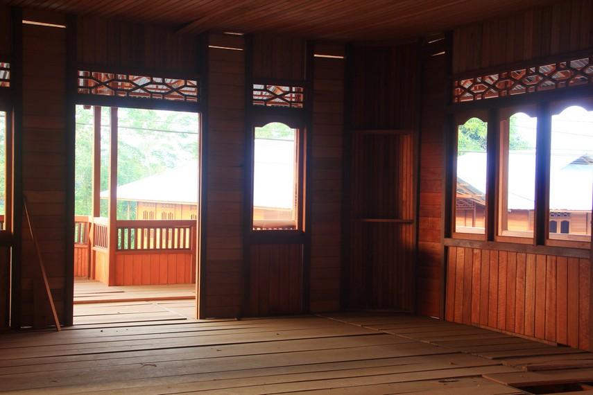 Salah satu rumah adat Minahasa yang hampir selesai dibuat oleh para pengrajin d Desa Woloan