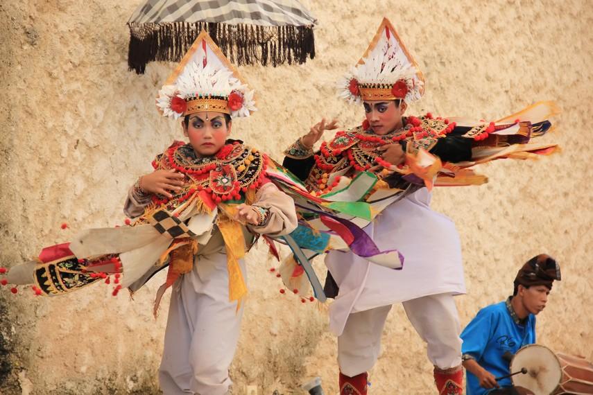 Kostum penari baris yang mengembang saat berputar memberikan efek dramatis pada koreografi yang dibawakan