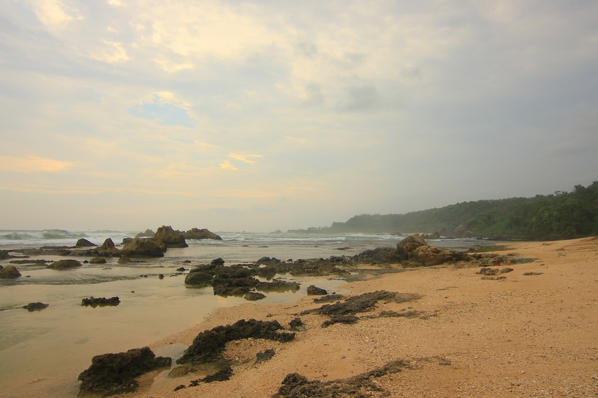 Salah satu keunikan pantai ini adalah Pantai ini memiliki garis pantai yang melengkung