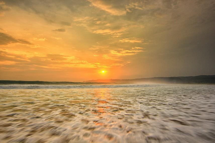 Memandangi matahari tenggelam di Pantai Pasir Putih Sawarna menjadi aktivitas yang menyenangkan di sore hari