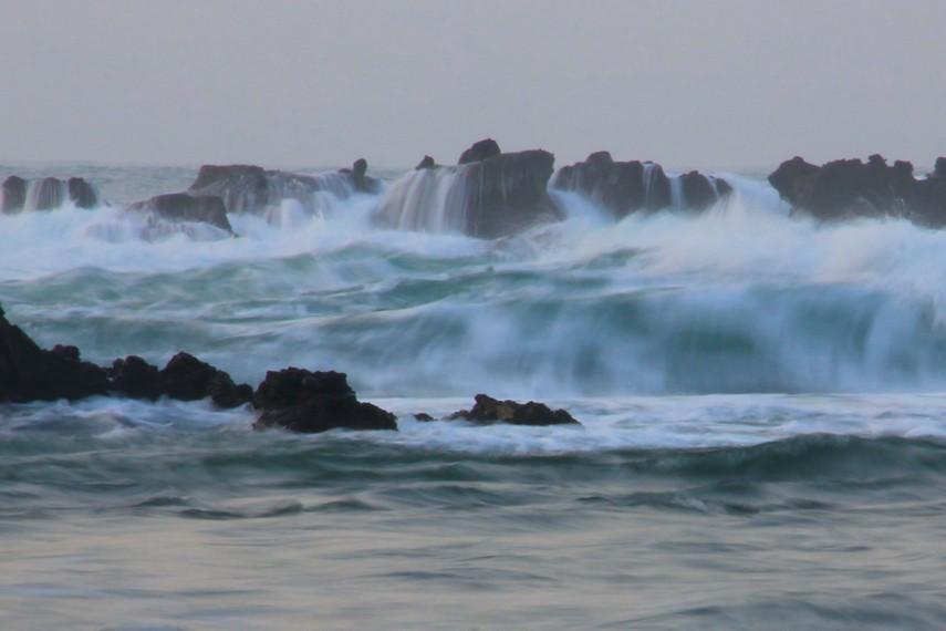 Posisi Pantai Karang Bereum berdekatan dengan Pantai Legon Pari. Jaraknya hanya sekitar 500 meter