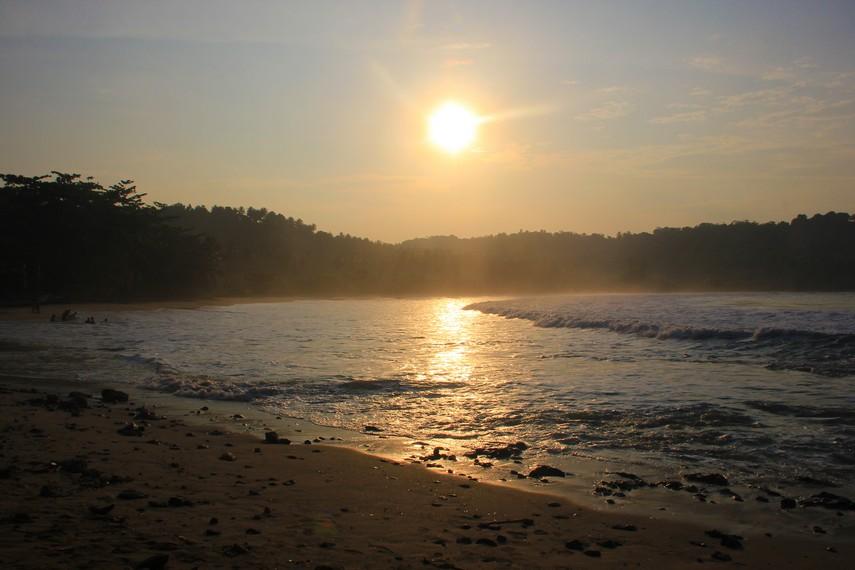 Nama pari diambil dari nama jenis ikan yang dahulu banyak sekali di temukan di pantai ini. Hingga pada akhirnya pantai ini diberi nama Pantai Legon Pari