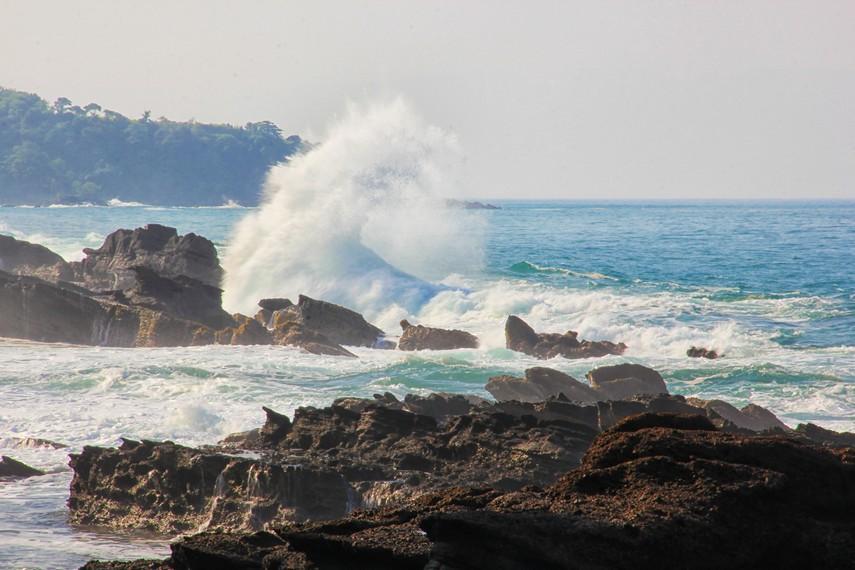 Pantulan air laut terlihat bagaikan cermin yang kemilau saat terkena cahaya matahari di Karang Taraje