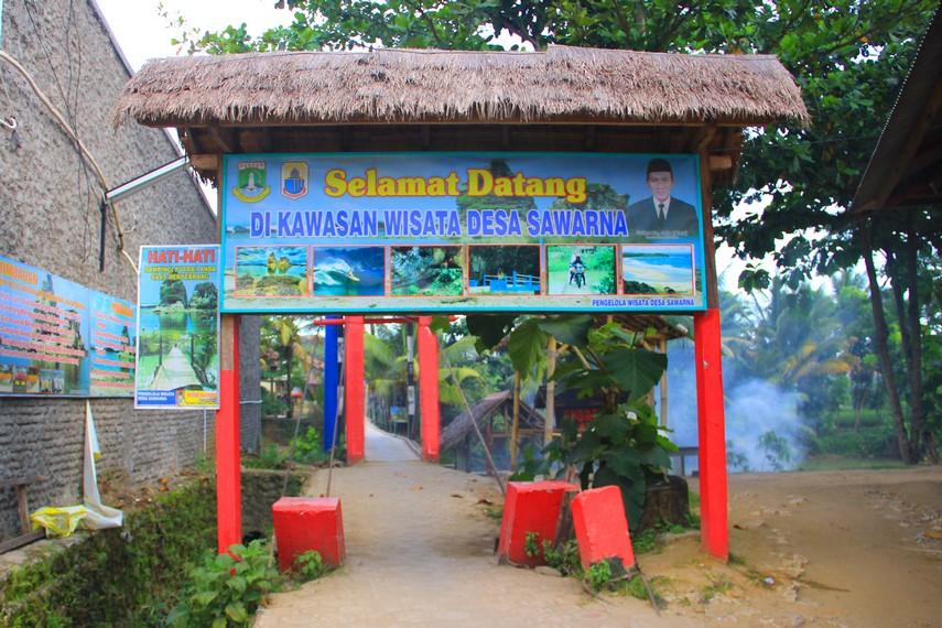 Nama Sawarna sendiri diambil dari nama seorang anak yang pertama tinggal di Desa Sawarna dengan gelar Raden Sawarna