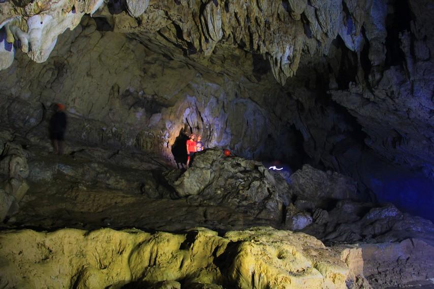 Stalakit-stalaktit yang cantik di langit-langit Gua Lalay dapat kita lihat dalam kegiatan susur gua
