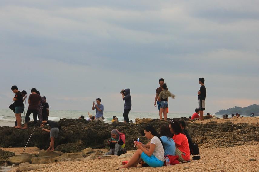 Pengunjung terlihat begitu menikmati berada di Pantai Tanjung Layar di Kabupaten Lebak Banten