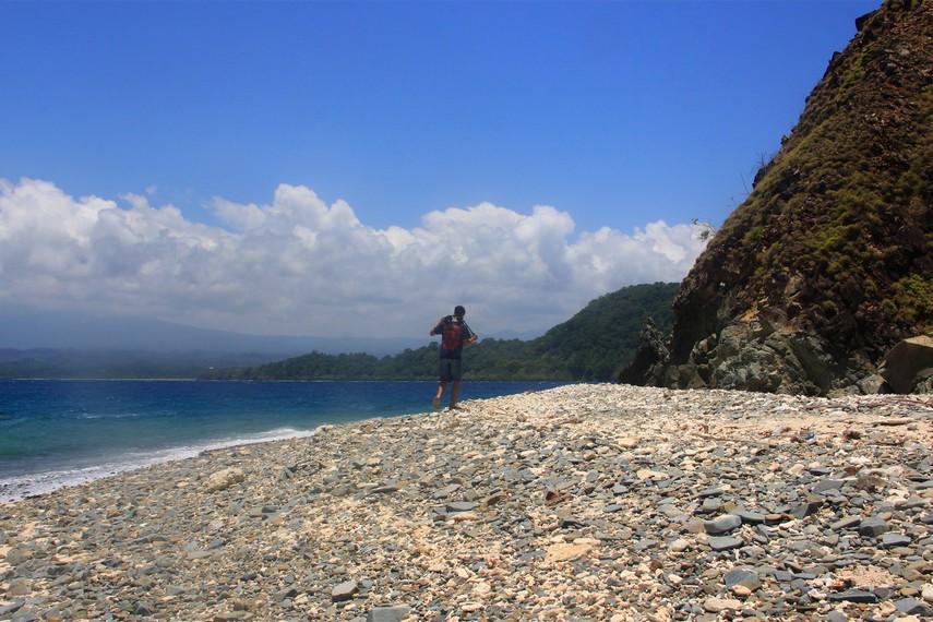 Ombak dan lautan biru menjadi teman yang setia sebelum tiba di Pulau yang memiliki hamparan pasir putih ini