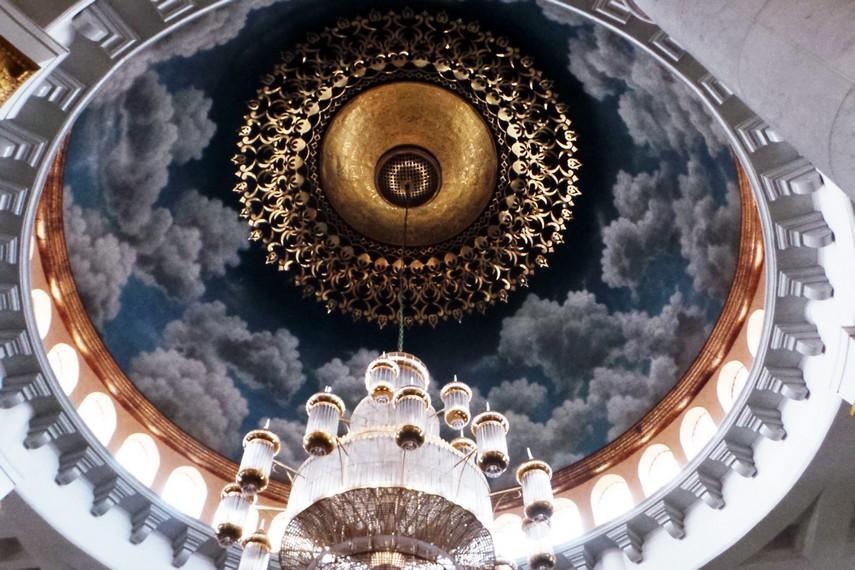 Interior masjid juga terlihat megah dengan pemandangan langit biru di bagian atap masjid